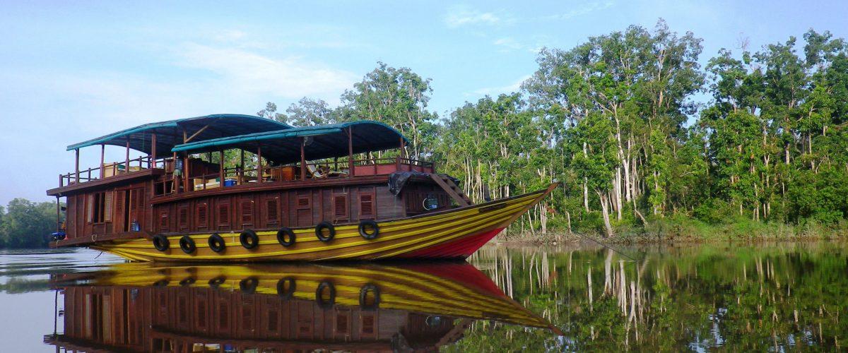 The first boat Rahai'i Pangun Kaja Island Out of operation